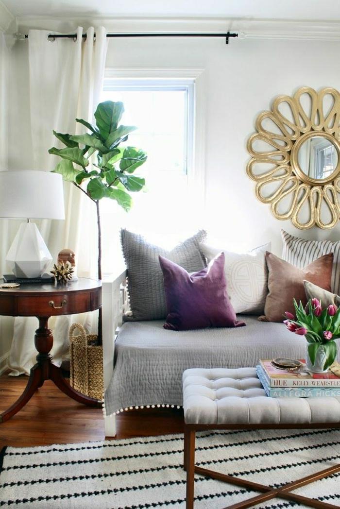 2-coussin-gifi-pour-le-salon-avec-parquet-en-bois-et-tapis-beige-table-de-salon-gris