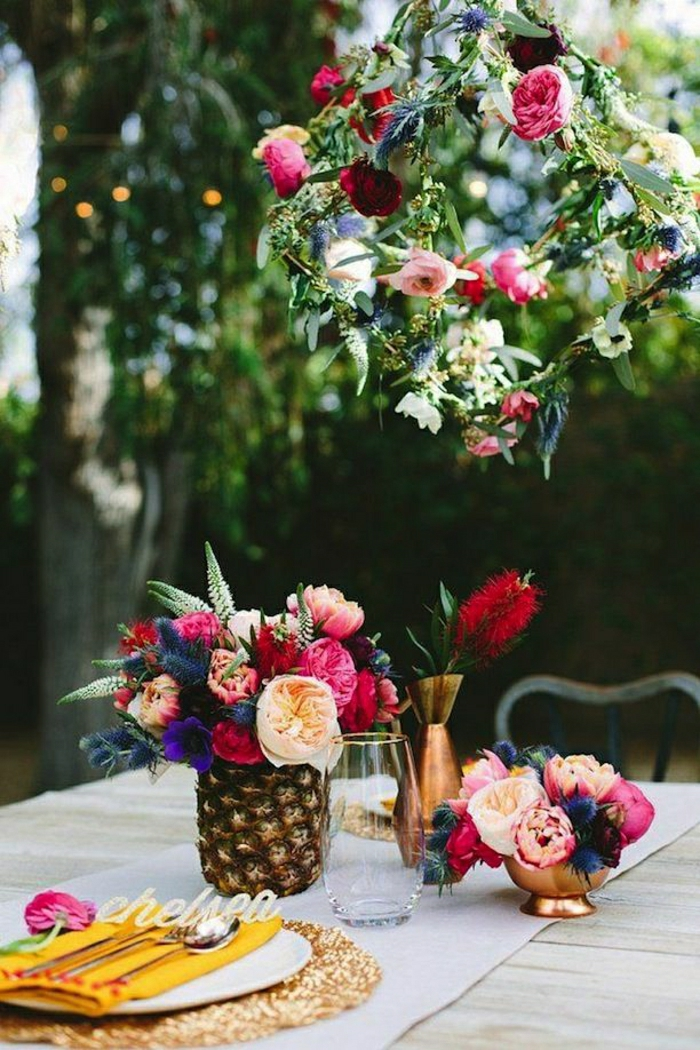 2-enorme-bouquet-de-fleurs-sur-la-table-avec-fleurs-colores-pour-bien-decorer-la-table-