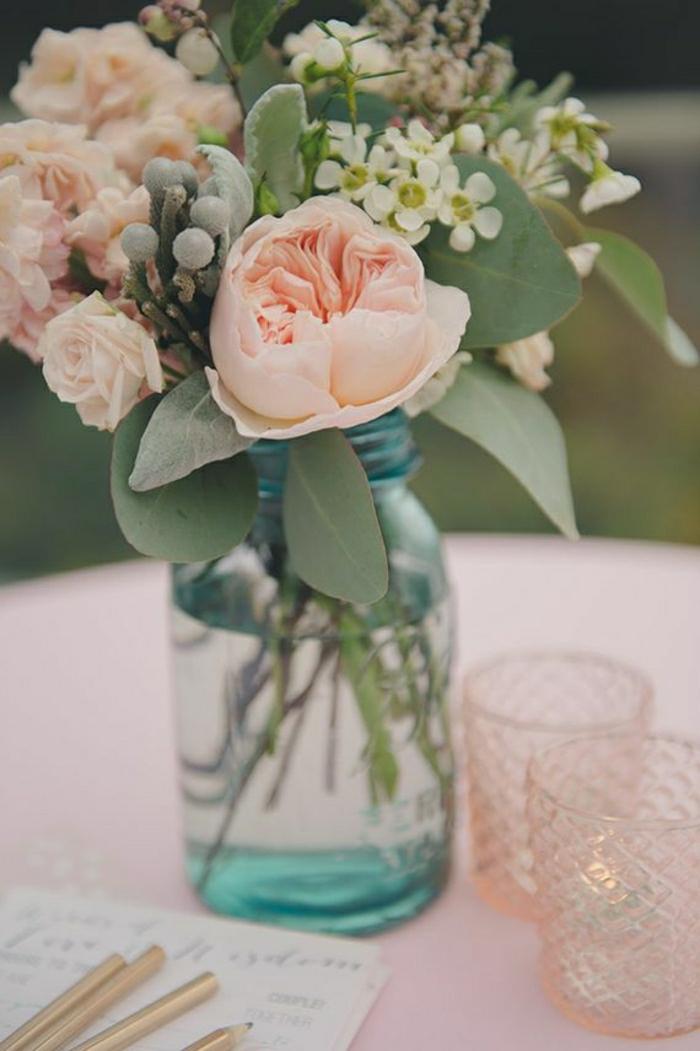 2-enorme-bouquet-de-fleurs-sur-la-table-avec-fleurs-colores-pour-bien-decorer-la-table