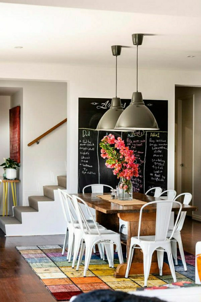 2-idee-deco-sejour-table-en-bois-clair-fleurs-sur-la-table-en-bois-chaises-blanches-et-plafond-blanc