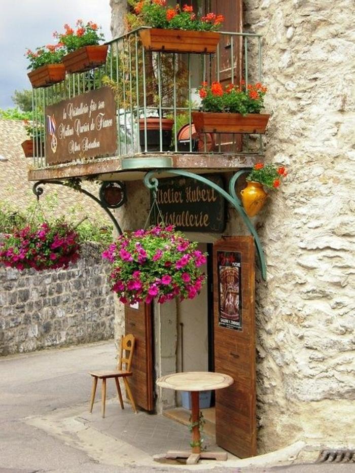 2-jardiniere-balcon-de-la-maison-rustique-avec-exterieur-en-pierre-et-combles-en-bois