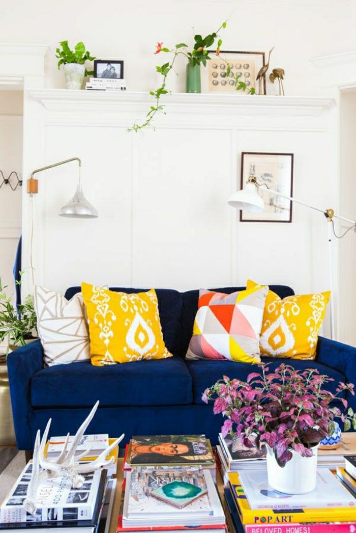 2-joli-salon-marocain-avec-canape-bleu-foncé-coussins-colores-pour-le-salon-marocain