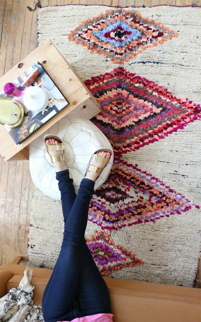 2-joli-tapis-marocain-pour-le-salon-marocain-meubles-d-interieur-marocains-table-basse-en-bois