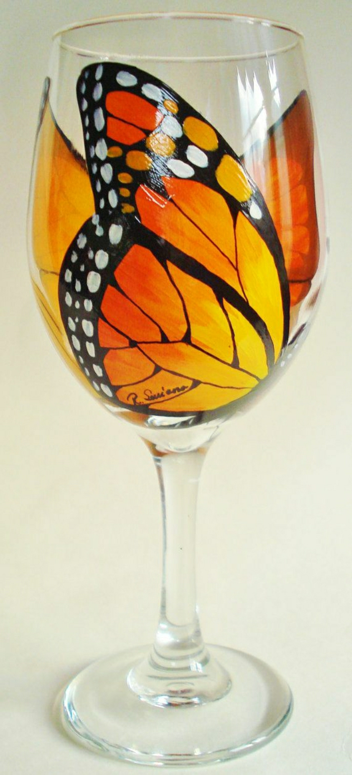 2-jolies-verres-a-vin-design-original-avec-un-papillon-orange-comment-decorer-la-verre-a-vin