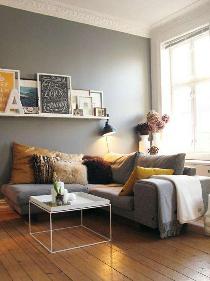 2-lampadaire-conforama-sol-en-parquet-clair-et-canapé-gris-avec-coussins-gros-pour-le-canapé