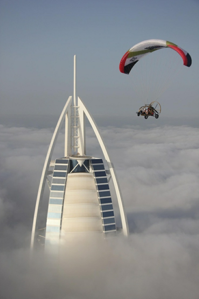 2-les-plus-hauts-grattes-ciel-du-monde-burj-al-arab-dubai-batiment-haut-mondial-dans-les-nuages