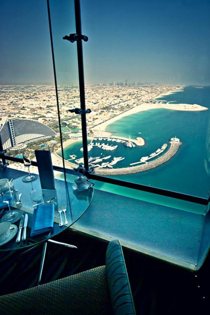 2-les-plus-hauts-grattes-ciel-du-monde-burj-al-arab-dubai-intérieur-dans-le-restaurant-avec-magnifique-vue