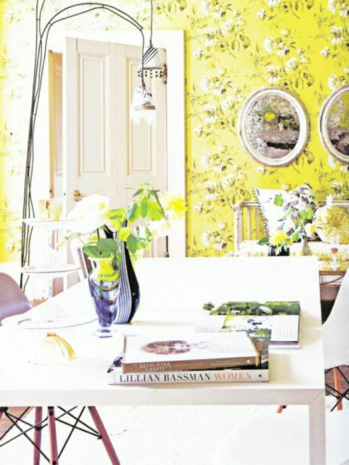 2-salle-de-séjour-moderne-avec-murs-jaunes-papier-peint=avec-fleurs-dans-le-salon-plein-de-lumière