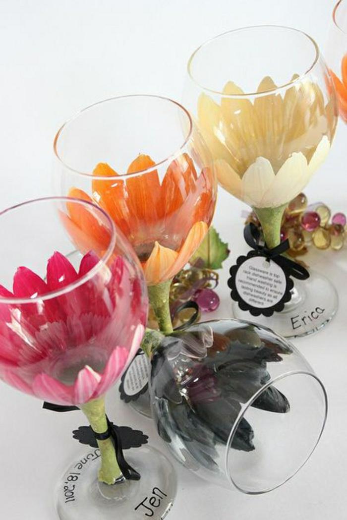 2-verre-tulipe-avec-jolis-fleurs-colores-blanc-noir-range-rose-comment-decorer-une-verre-tulipe