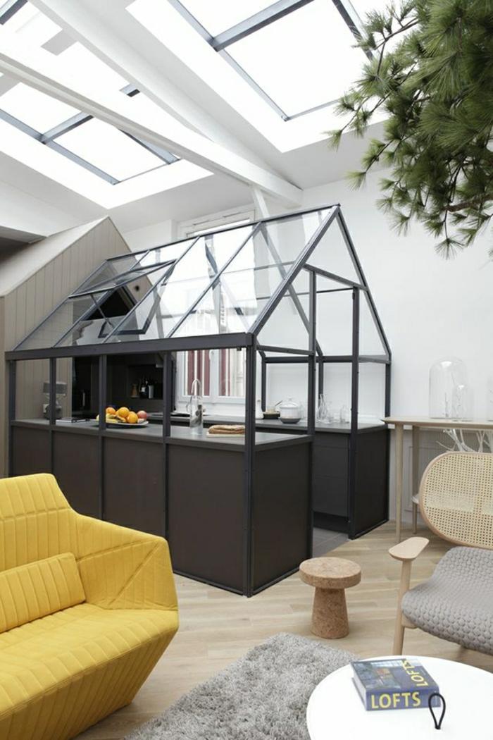 2-verriere-loft-pour-le-salon-d-esprit-loft-avec-un-joli-canape-jaune-et-sol-en-parquet-clair