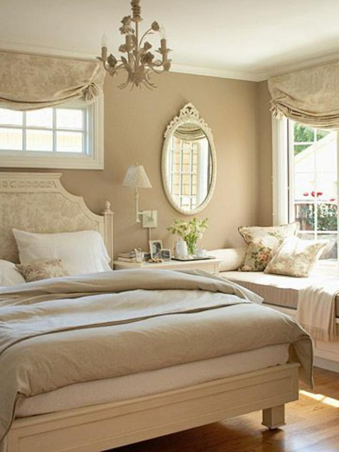 22-jolie-chambre-a-coucher-avec-un-interieur-beige-significations-des-couleurs-murs-beiges-et-lustre-baroque