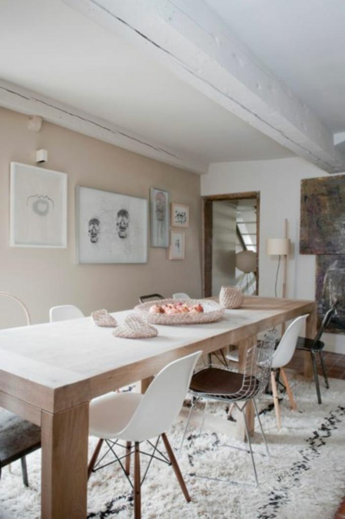22-jolie-salle-de-sejour-de-couleur-beige-avec-tapis-blanc-et-chaises-plastiques-blanches