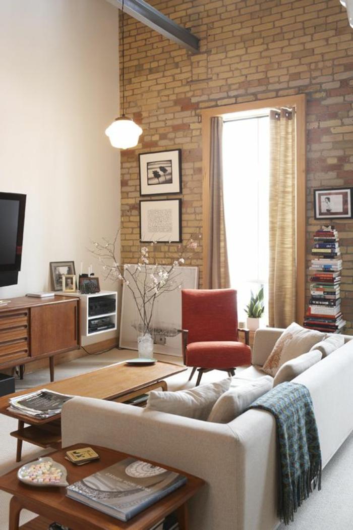 22-salle-de-sejour-de-couleur-beige-avec-mur-de-briques-beiges-chaise-rouge-esprit-loft