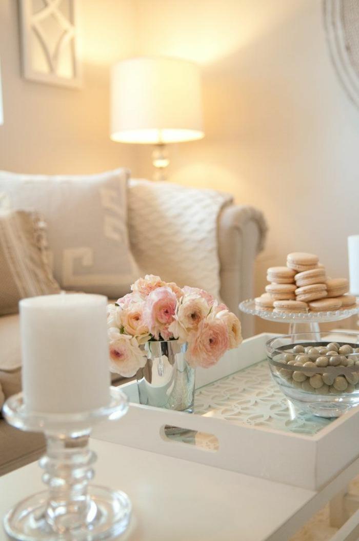 22-significations-des-couleurs-un-joli-salon-de-couleur-beige-avec-fleurs-sur-la-table-de-salon