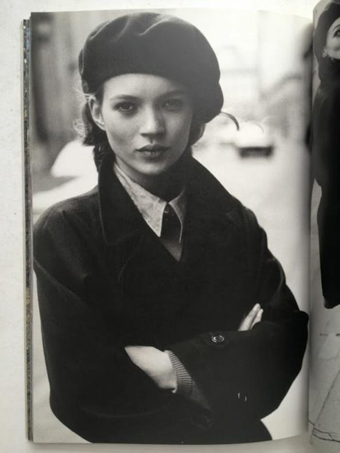 3-béret-casquette-noir-jolie-fille-avec-beaux-yeux-cheveux-marrons-manteau-noir-Kate-Moss