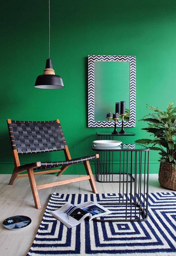 44-salon-avec-murs-verts-et-tapis-a-rayures-blanches-et-noires-murs-verts-dans-le-salon