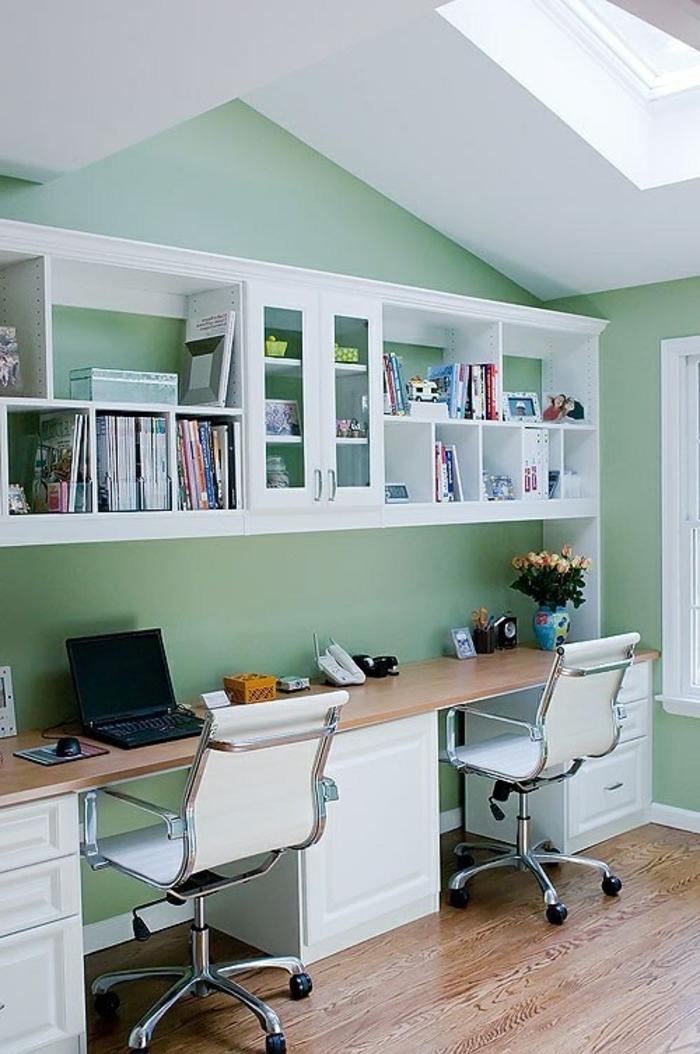 44-un-joli-bureau-domicile-avec-murs-verts-clairs-pour-la-chambre-sous-pente