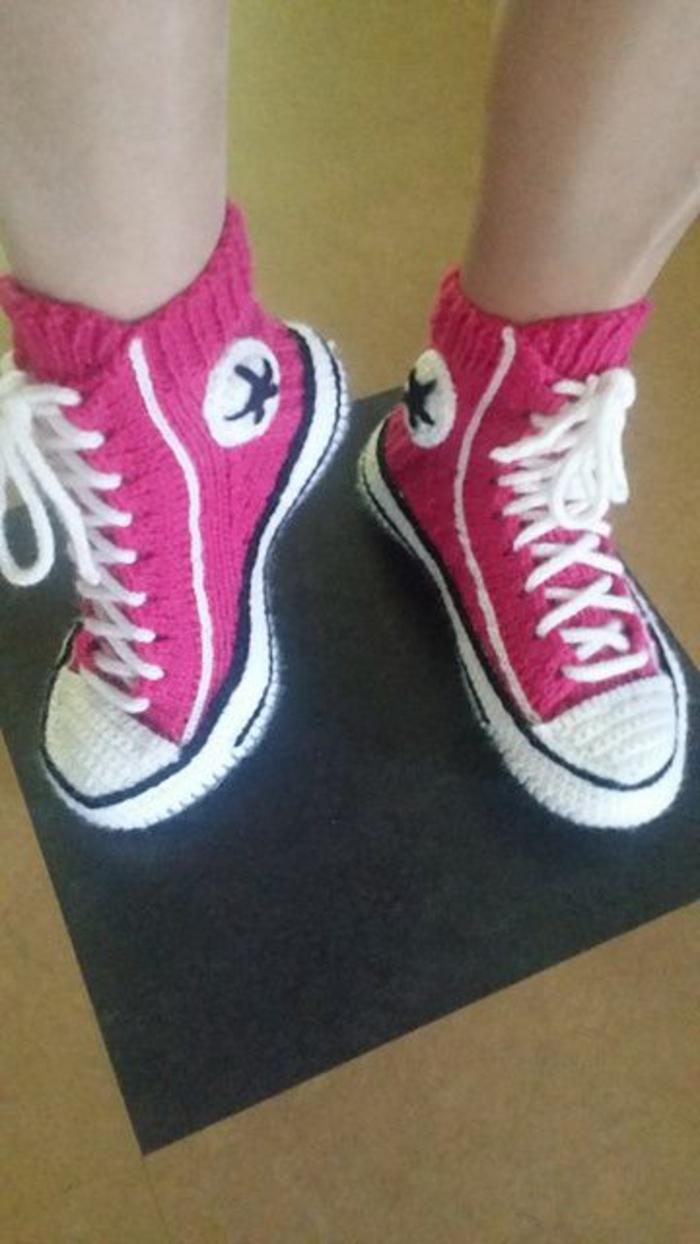 Chaussures-pour-chez-soi-pantoufles-enfants-les-baskets-converse-en-crochet