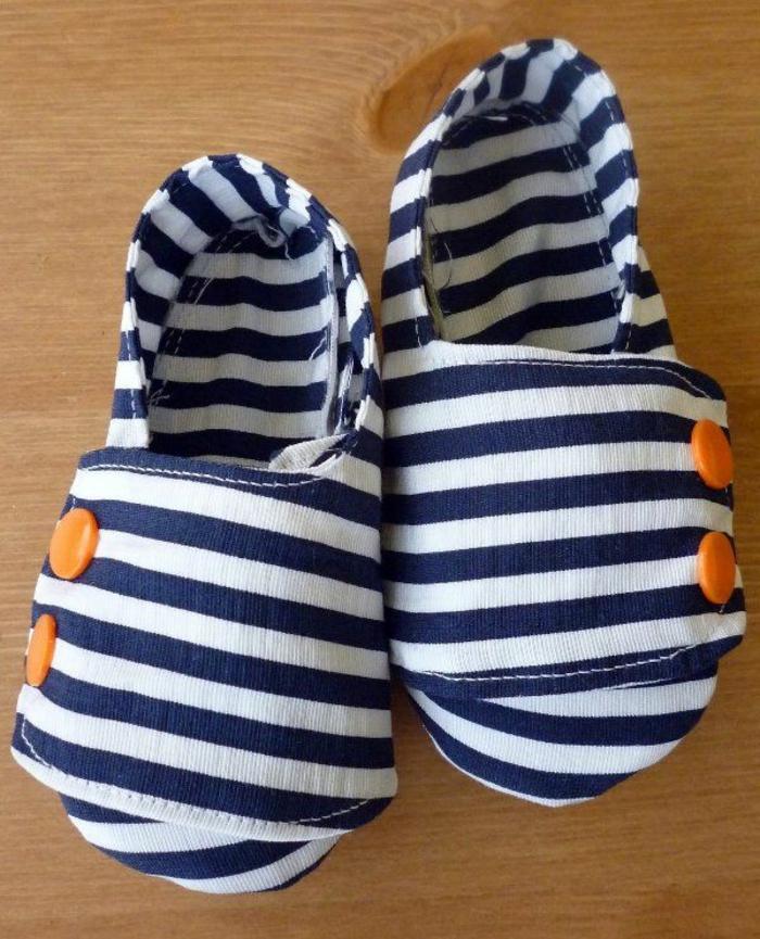 Chaussures-pour-chez-soi-pantoufles-enfants-sur-pied