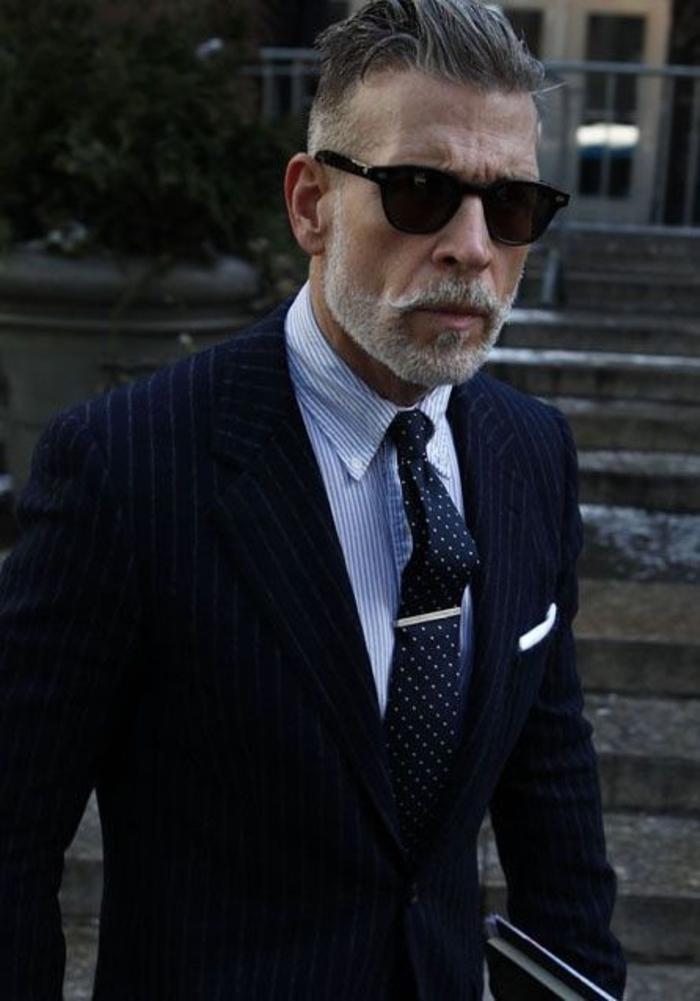 Coutume-élégante-tenue-professionnelle-idées-tenue-homme-lunettes