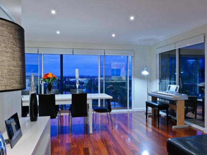 Galandage-salle-de-séjour-vaste-moderne-belle-maison-vue-de-la-cité-hauteur