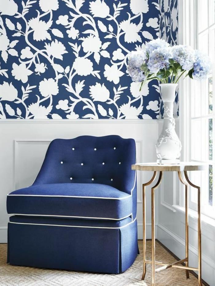 Idée-déco-mural-papiers-peints-design-belle-mur-bleu-fleurs-vase