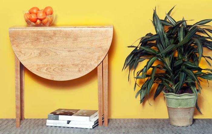 La-table-pliante-cuisine-table-pliante-pour-cuisine-couleur-orange-et-oranges-sur-la-table