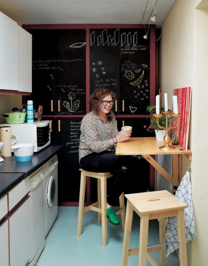 Salle-à-manger-et-cuisine-aménagement-table-cuisine-pliante-femme
