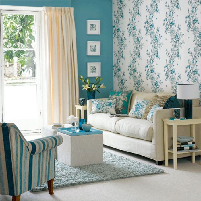 Salon-bien-aménagé-papier-peint-design-idées-déco-bleue