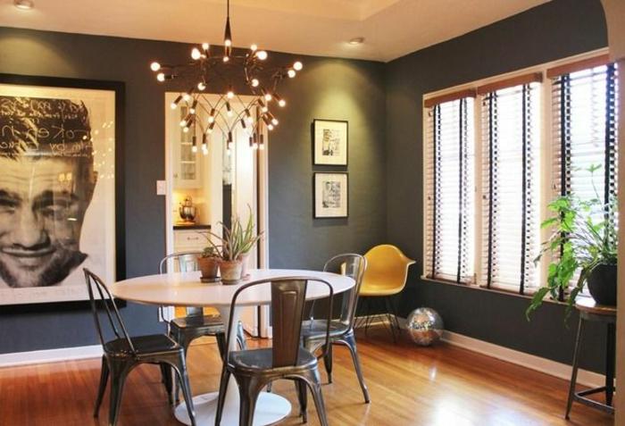accorder-les-couleurs-dans-la-salle-à-manger-avec-sol-en-parquet-clair-et-table-blanche-ronde