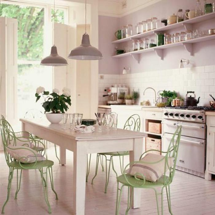 accorder-les-couleurs-dans-la-salle-à-manger-complete-pas-cher-chaises-en-fer-vert-table-en=bois