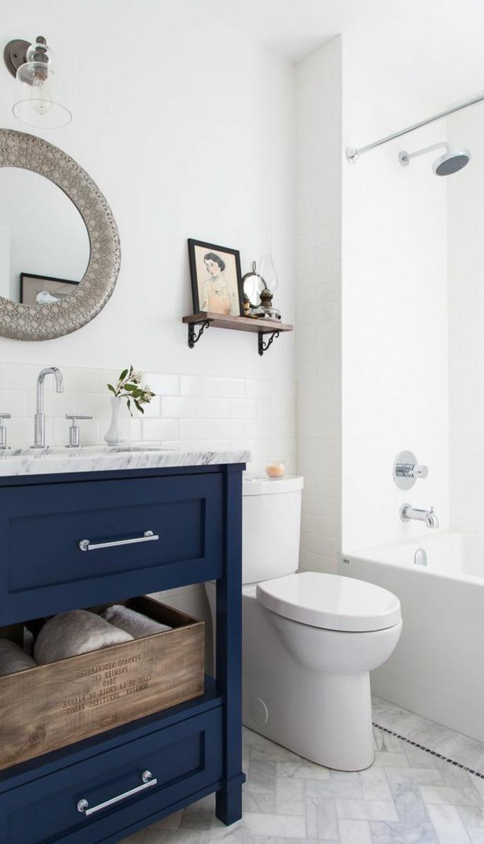 aménager-une-petite-salle-de-bain-avec-meubles-en-bois-bleu-et-mur-blanc-en-carrelage-blanc