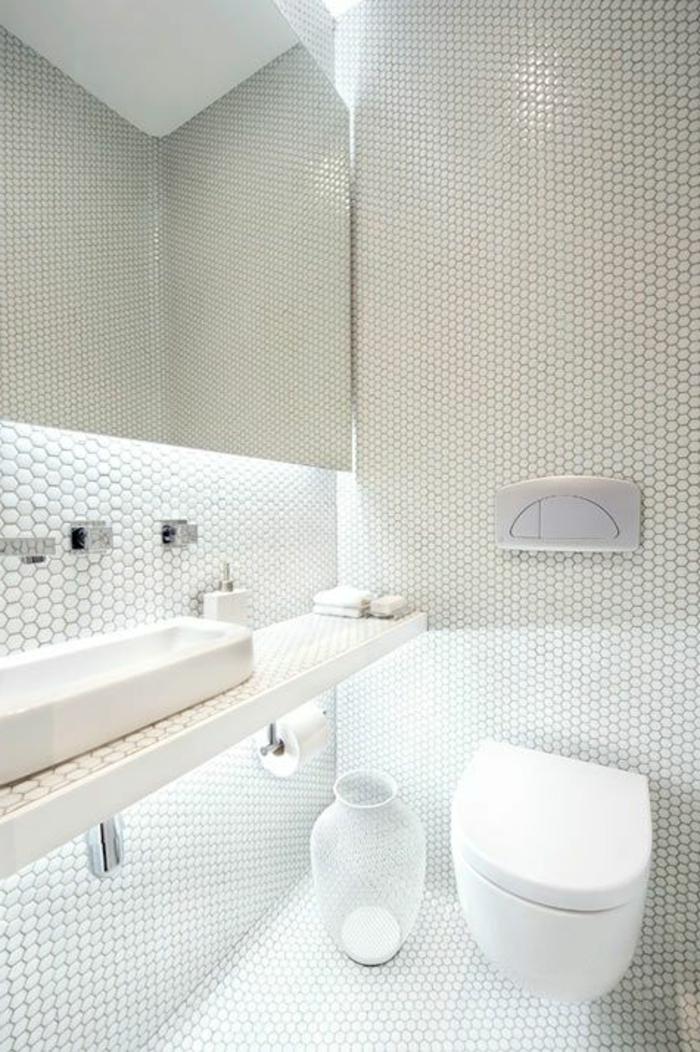 aménager-une-petite-salle-de-bain-avec-mosaique-blanc-dans-la-salle-de-bain-moderne