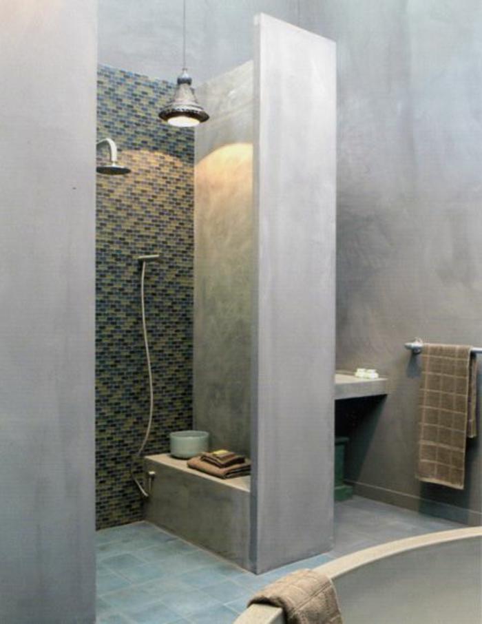 aménager-une-petite-salle-de-bain-avec-murs-en-beton-ciré-gris-sol-en-carrelage-ble
