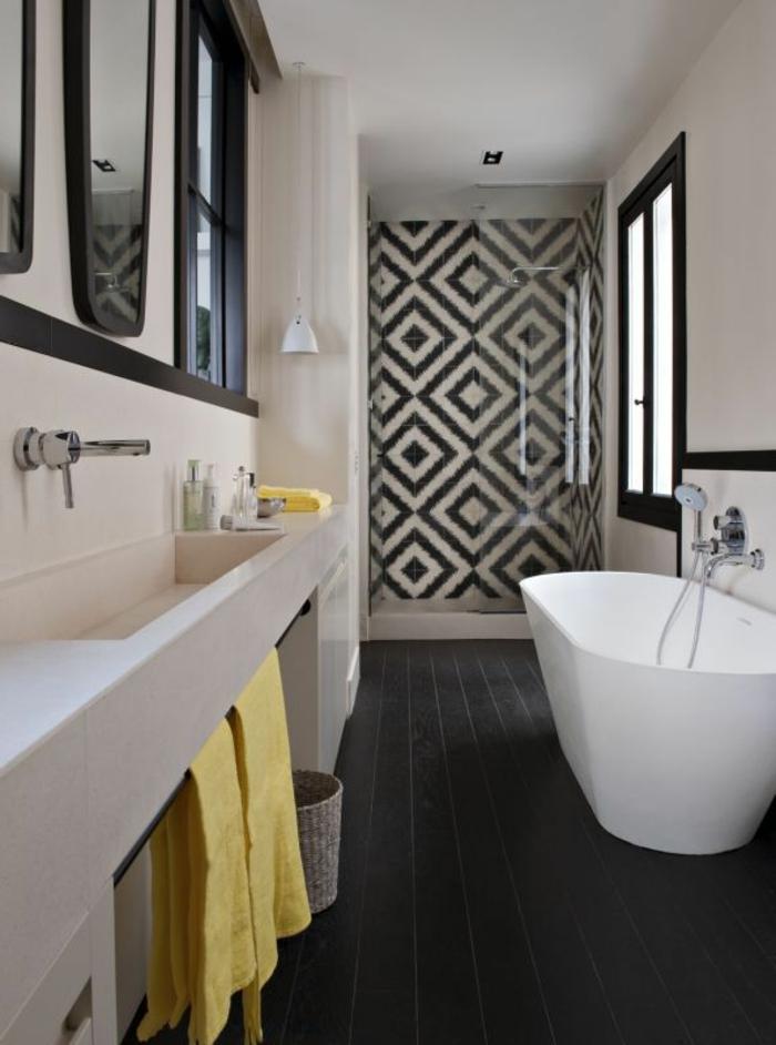 aménager-une-petite-salle-de-bain-de-petite-dimension-baignoire-blanche-sol-en-planchers-noirs