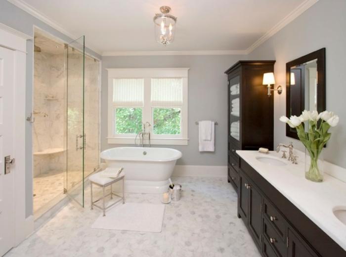 aménager-une-salle-de-bain-meuble-sous-lavabo-belle-en-blanc-tulipes-blanches-vase