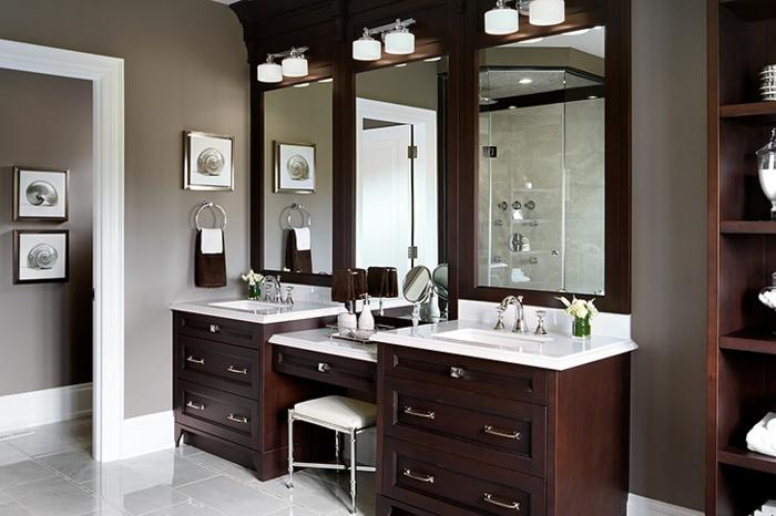 aménager-une-salle-de-bain-meuble-sous-lavabo-miroirs-vase-coiffuse