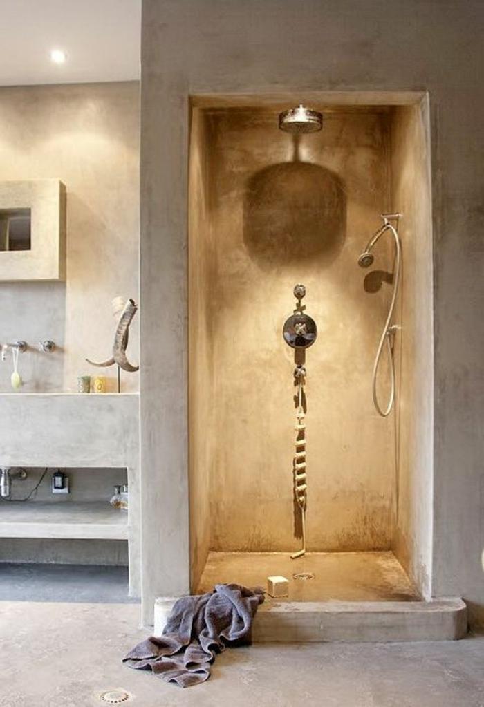 amenagement-petite-salle-de-bain-avec-murs-et-sol-en-beton-ciré-gris-dans-la-salle-de-bain-beige