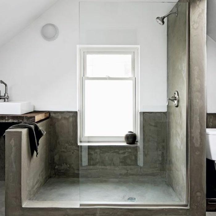 amenagement-petite-salle-de-bain-sous-pente-avec-murs-et-sol-gris-en-beton