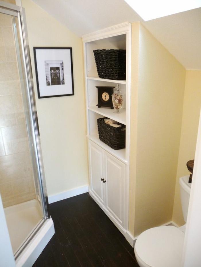 amenager-petite-salle-de-bain-avec-murs-beiges-et-plafond-sous-combles-sous-pente-jolie-idee-pour-la-salle-de-bain