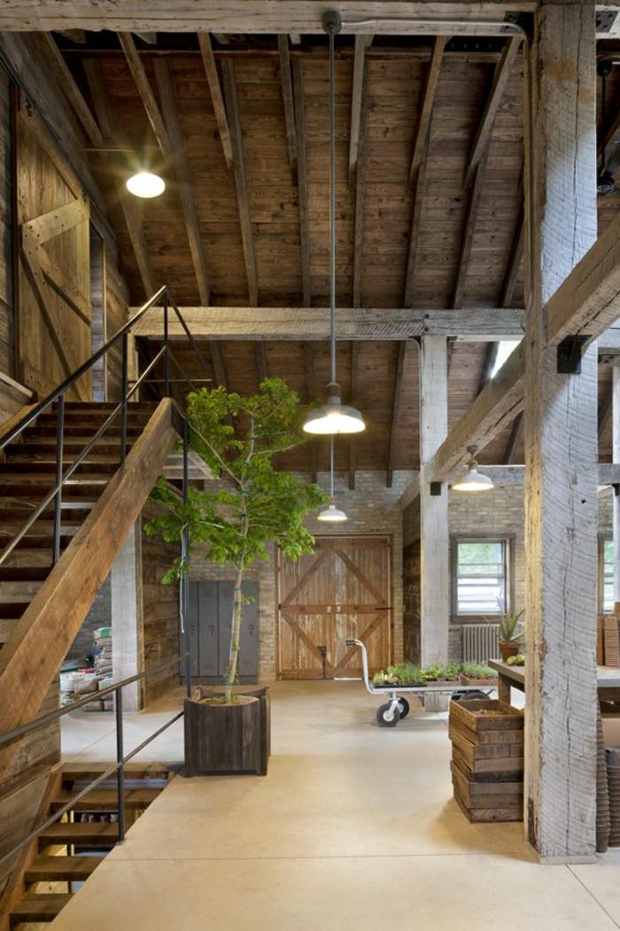 La poutre en bois est une jolie variante pour votre plafond sous pent ~ Poutre Escalade Bois