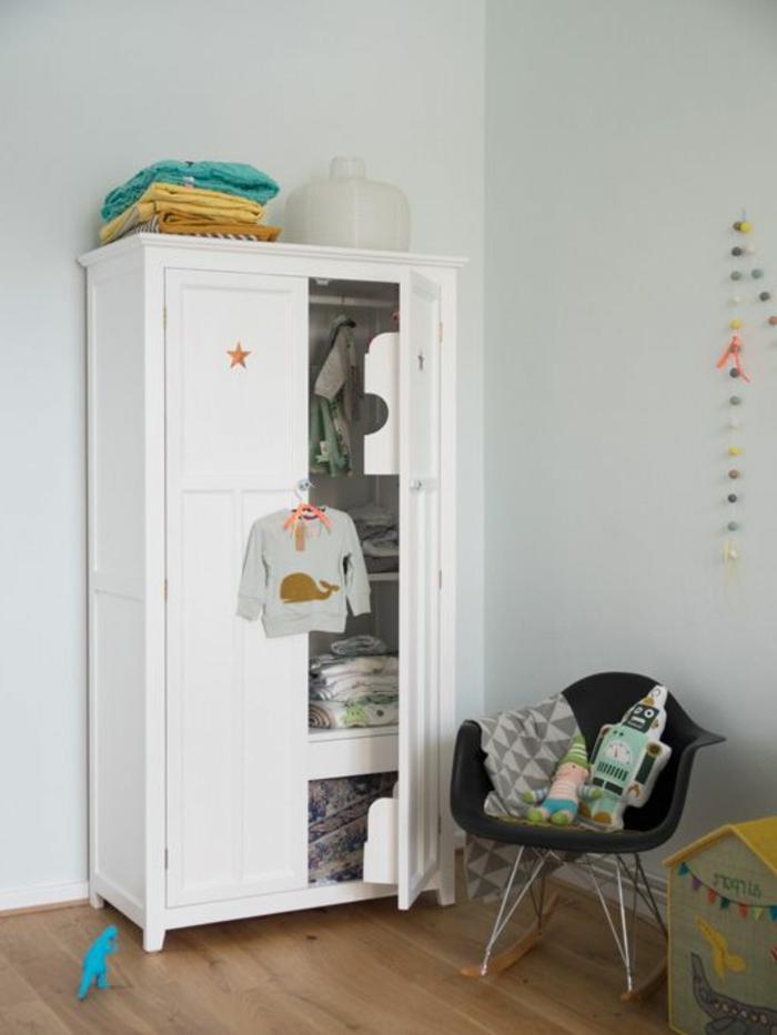 armoir-enfant-en-bois-blanc-murs-bleus-ciel-pour-la-chambre-d-enfant-garçon