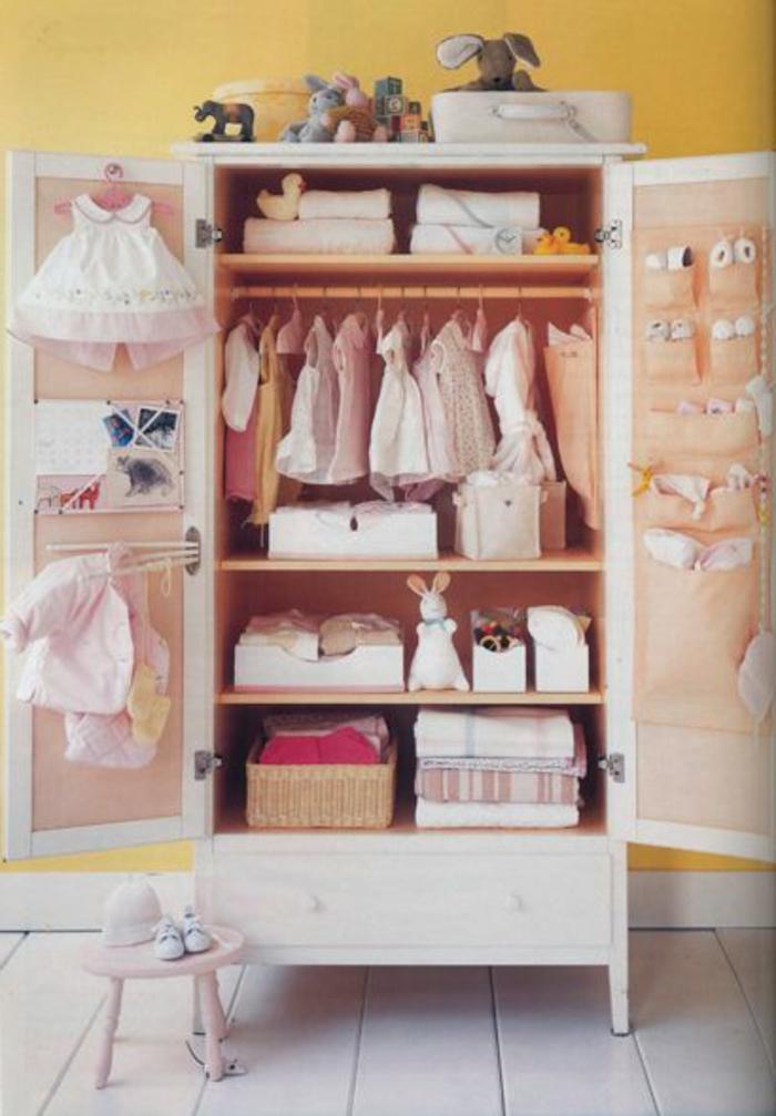 armoir-enfant-fille-pour-la-chambre-d-enfant-fille-sol-en-planchers-en-bois-beige-mur-jaune