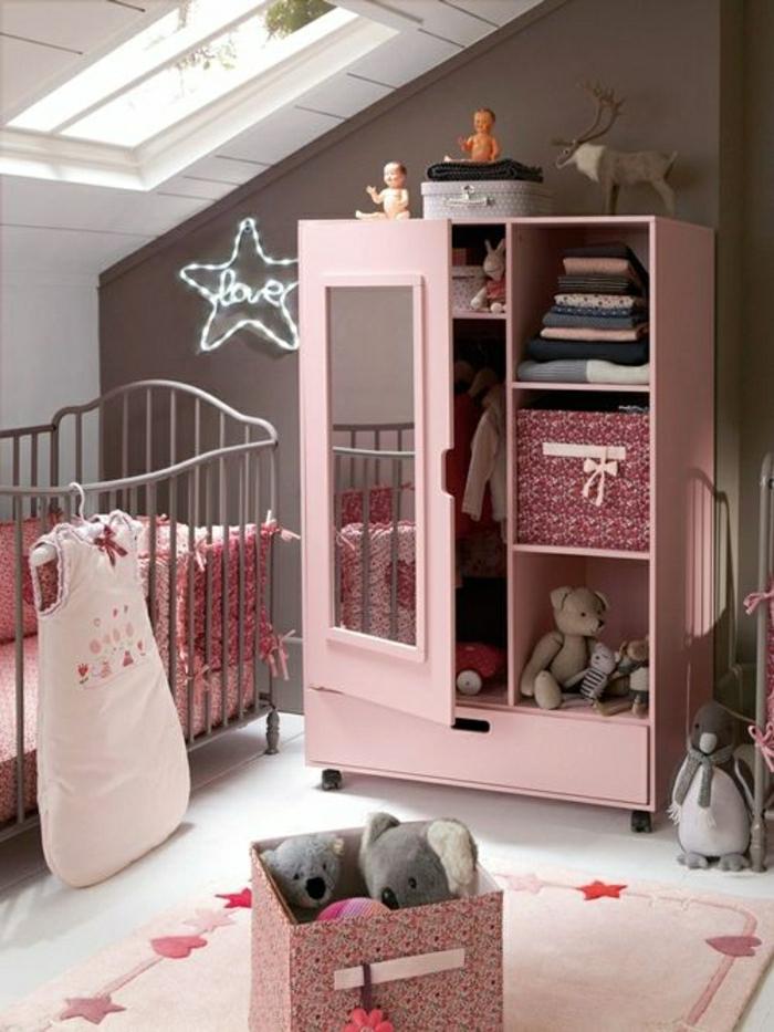 armoir-enfant-rose-pour-la-chambre-d-enfant-fille-rose-sous-pente-avec-fenetre-sur-le-plafond