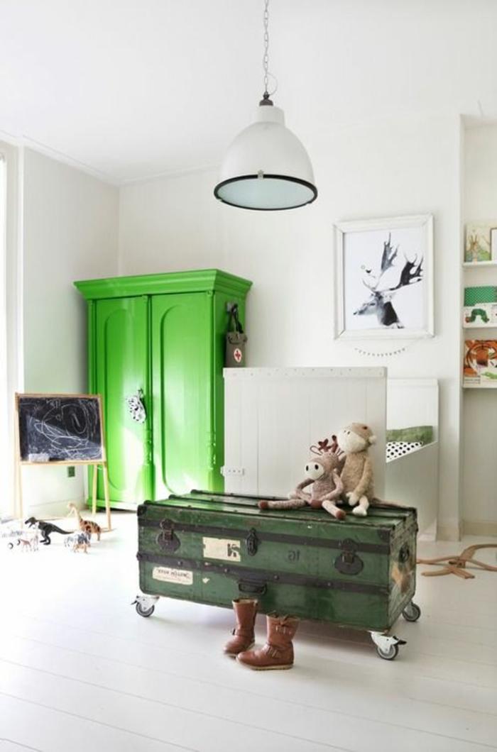 armoir-enfant-vert-pour-la-chambre-d-enfant-garçon-plafond-blanc-murs-blancs-sol-en-planchers