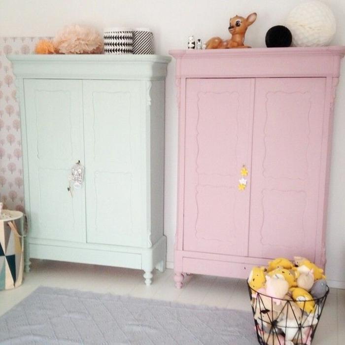 armoire-de-couleur-rose-et-bleu-pale-tapis-gris-et-sol-en-planchers-beiges-mur-beige