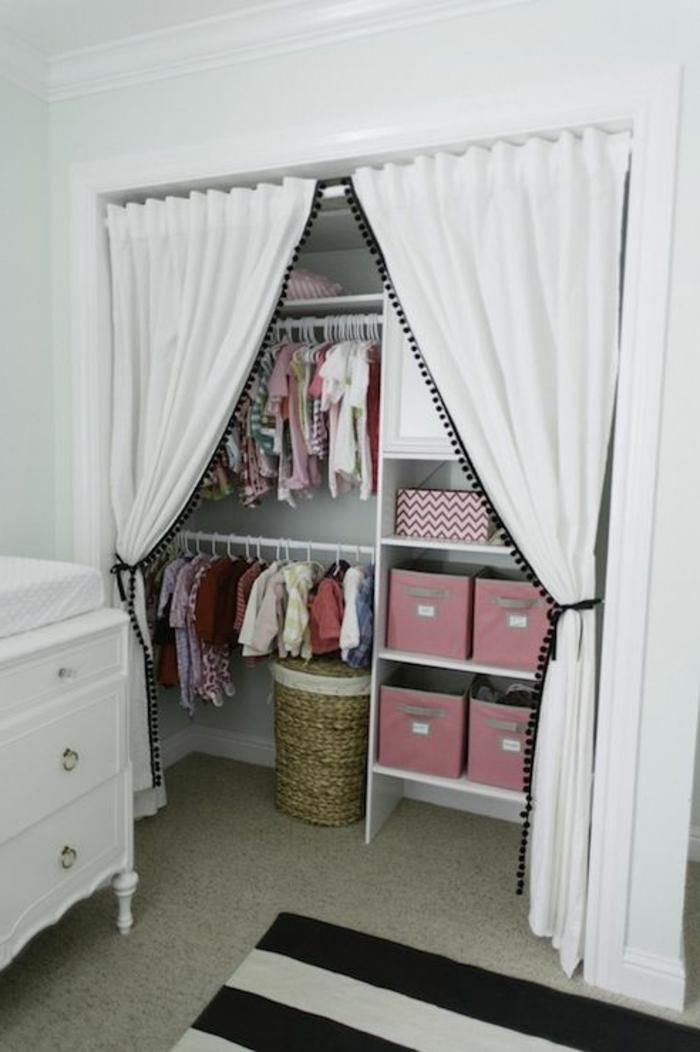 armoire-enfant-ikea-muré-joli-tapis-à-rayures-blancs-noires-moquette-beige-rideaux-blancs