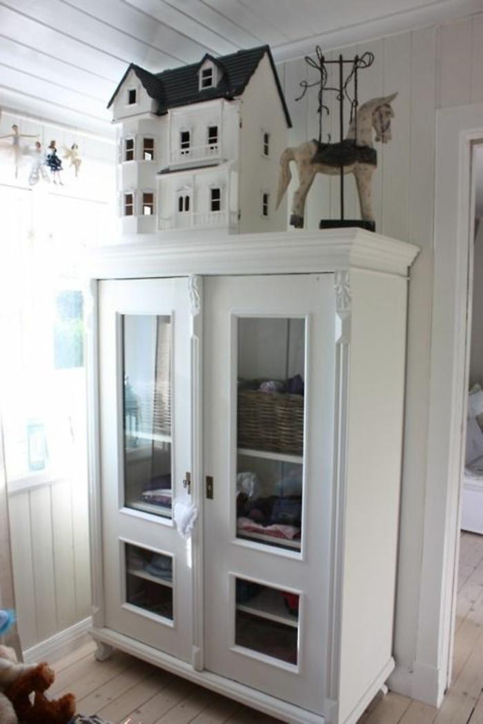 armoire-enfant-ikea-pas-cher-pour-la-chambre-d-enfant-avec-un-intérieur-blanc-murs-et-plafond-en-planchers-blancs