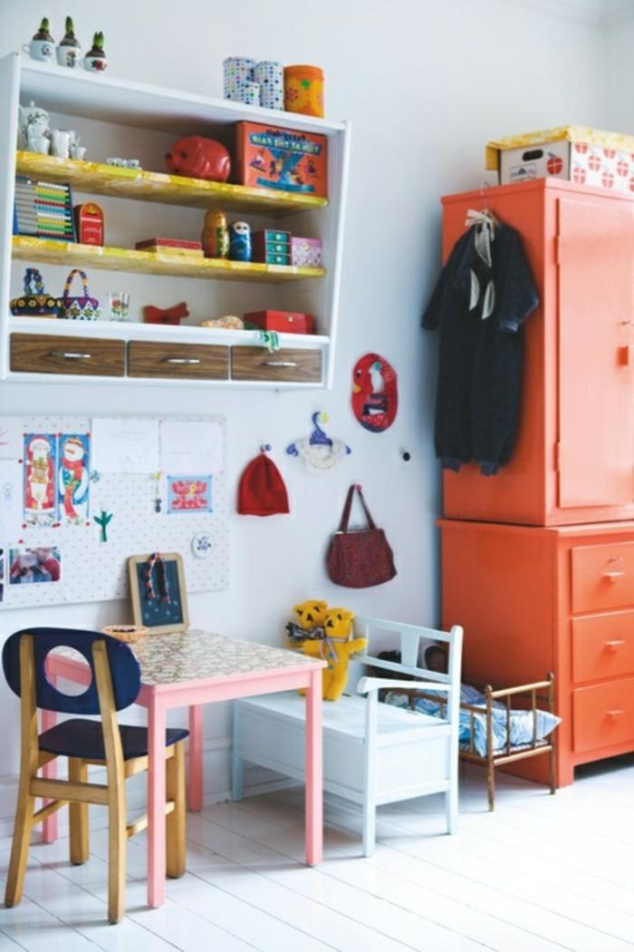 armoire-enfant-orange-dans-la-chambre-d-enfant-sol-en-planchers-blancs-mur-gris