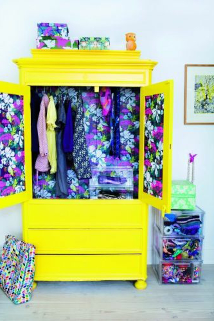armoire-enfant-pas-cher-jaune-meuble-coloré-pour-la-chambre-d-enfant-avec-murs-blancs